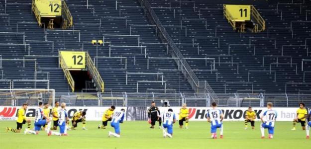 OPINIÓN: El fútbol se arrodilla por el racismo. Foto: El periódico.com