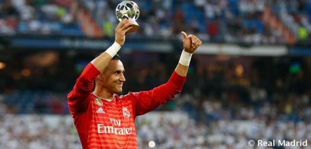 Keylor Navas muestra el premio UEFA a mejor portero (Real Madrid)