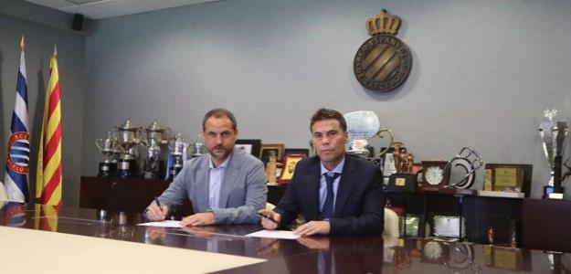 Oscar Perarnau y Joan Francesc 'Rubi' en la firma del oficial del técnico. Foto: RCDEspanyol