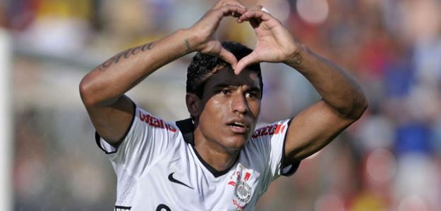 Paulinho celebra un gol con el Corinthians