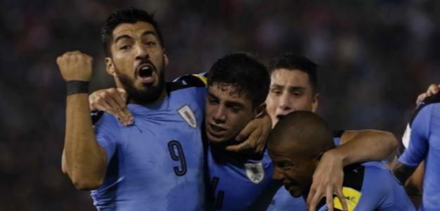 Luiz Suárez alaba a Fede Valverde. Foto: LaLiga.