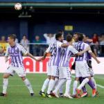 Los jugadores del Valladolid celebran una parada de Masip (EFE)