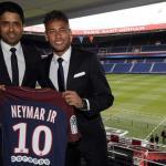 Neymar en su fichaje con el PSG. / foxdeportes.com