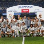 La plantilla blanca, con el trofeo (Real Madrid)