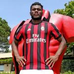 Frank Kessié posando con la camiseta del Milán. Foto: ACMilan.com