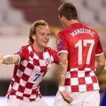 Mandzukic se abraza con Rakitic durante un partido con Croacia (Youtube)