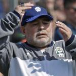 Maradona dirigiendo a Gimnasia de La Plata. / elcomercio.com