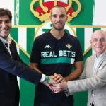 Pau López posa con Ángel Haro y Lorenzo Serra Ferrer / Real Betis B.
