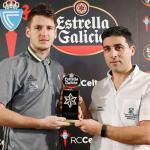 Nemanja Radoja, a la izquierda, posa con el premio Jugador Estrella Galicia / RC Celta de Vigo