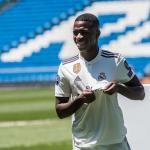 Vinicius Junior con la camiseta blanca / Sportskeeda.